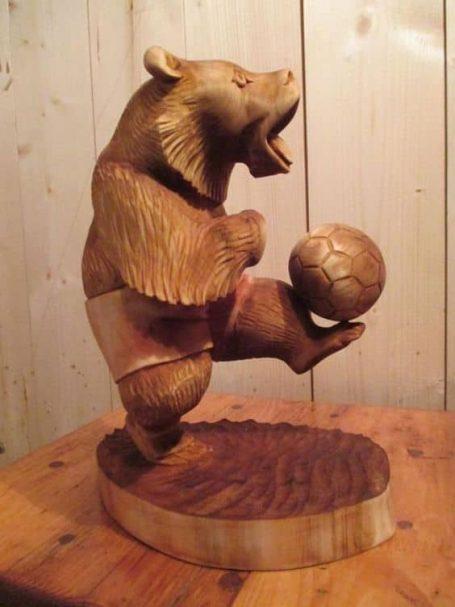 """Miś rzeźbiarz w drewnie z piłką nożną  Author - <a href=""""https://vk.com/rezba_nsk"""" rel=""""nofollow"""">Wood Sculptor</a>"""