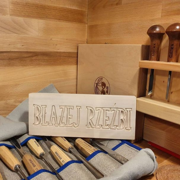 """Rzeźbienie w drewnie Liternictwo Author - <a href=""""https://www.instagram.com/blazej_rzezbi/"""" rel=""""nofollow"""">Blazej</a>"""