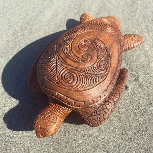 """Żółw wykonany z drewna matai Author - <a href=""""https://www.instagram.com/aweao_creations/"""" rel=""""nofollow"""">Laurie et Sebastien</a>"""