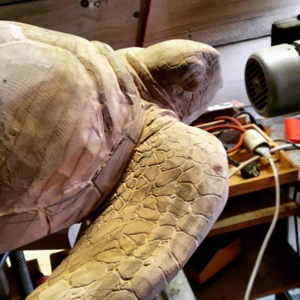"""Rzeźba żółwia z drewna Author - <a href=""""https://www.instagram.com/andreagambaofficial/"""" rel=""""nofollow"""">Gamba Andrea Tree Carver</a>"""
