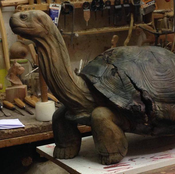 """Projekt rzeźby w drewnie żółwia Author - <a href=""""https://www.instagram.com/andreagambaofficial/"""" rel=""""nofollow"""">Gamba Andrea Tree Carver</a>"""
