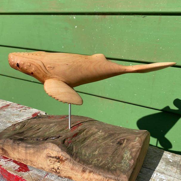 """Wieloryb wykonany w kawałku drzewa totara Author - <a href=""""https://www.instagram.com/aweao_creations/"""" rel=""""nofollow"""">Laurie et Sebastien</a>"""