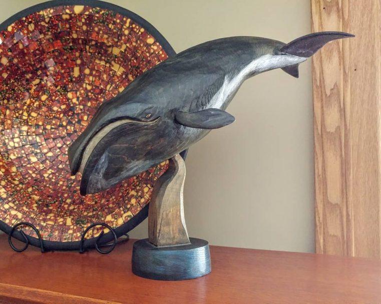 """Rzeźba drewniana wieloryb Bowhead Author - <a href=""""https://www.instagram.com/davetrant/"""" rel=""""nofollow"""">Dave Trant</a>"""