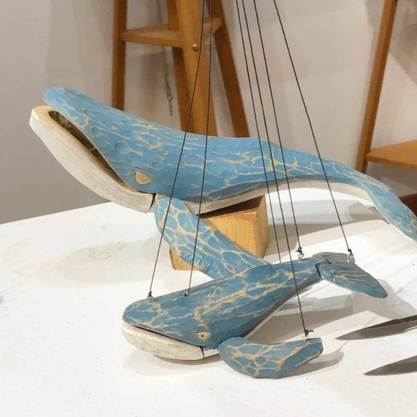 """Te wielorybie stworzenia są zaprojektowane do unoszenia się w powietrzu Author - <a href=""""https://www.instagram.com/heartwood_creative_woodworking/"""" rel=""""nofollow"""">WoodSchool</a>"""