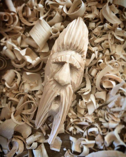 """Duch drewna rzeźbiący głowę Author - <a href=""""https://www.instagram.com/mrchrisparson/"""" rel=""""nofollow"""">Christian</a>"""